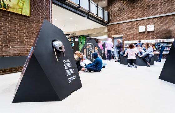 Et formidlingshæfte støtter udstillingen, skaber fordybelse og inviterer til at bevæge sig længere ind i fortællingerne. Foto: Christoffer Askman Photography
