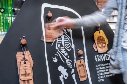 Hvad gav vikingerne de døde med sig i graven? Og hvad ville I give som gravgaver i dag? De fysiske aktiviteter skaber refleksion og giver kendskab til historien på en legende og livlig måde. Foto: Christoffer Askman Photography