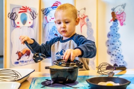 Børnene holder gang i gryderne i hr. Struganoffs restaurantkøkken. Foto: Christoffer Askman Photography