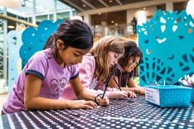 Mørkebarnet udstillingen, er ligesom de øvrige udstillinger i Fang Fortællingen, suppleret med undervisningsmateriale, som bruges flittigt at børnene, når de er på besøg på biblioteket. Foto: Christoffer Askmann