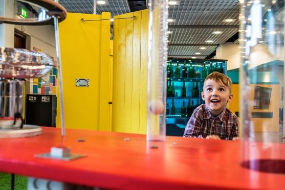 Formålet med Fang Fortællingen projektet er, at åbne fortællingernes verden op for børn, på en legende og sanselig måde. Udstillingerne vækker nysgerrighed omkring bøgernes univers, og fanger både de børn som er vant til at læse og dem som ikke er de stærkeste læsere endnu. Foto: Christoffer Askman