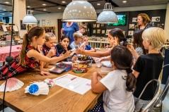 Gladsaxe Bibliotekerne har udviklet en folder med aktiviteter og opgaver, som guider børn og voksne igennem udstillingen. Det kan bruges under besøget på biblioteket eller det kan tages med hjem, så man efterfølgende kan arbejde videre med Jakob Martin Strids univers. Foto: Christoffer Askman
