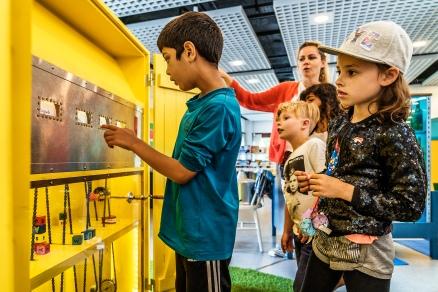 Det gule skab rummer idéfabrikken, hvor børnene kan lege med ord fra Jakob Martin Strids forfatterskab. Fang Fortællingen projektet handler nemlig også om glæden ved sproget, hvordan vi kan lege med det og sætte ord sammen på nye måder. Foto: Christoffer Askman
