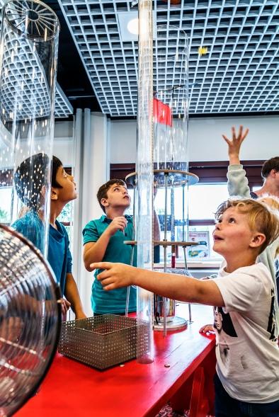 Hvad flyver højest: en fjer, en bordtennisbold eller et gammelt stykke slikpapir? I vindlaboratoriet kan børnene eksperimentere med vindens kraft og undersøge, hvad der skal til for at få ting til at svæve. Foto: Christoffer Askman